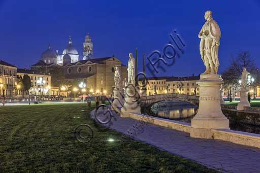 Padova: veduta serale di Prato della Valle. Sullo sfondo, la Basilica abbaziale di S. Giustina.