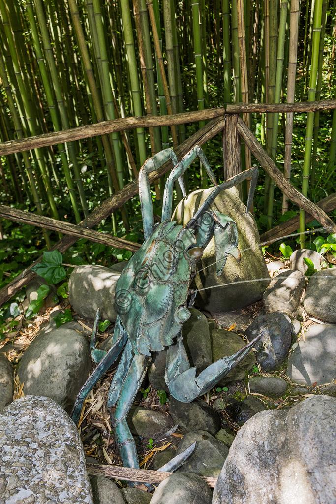 Parco di Pinocchio, il Paese dei Balocchi: il Granchio, statua in bronzo e acciaio di Pietro Consagra.