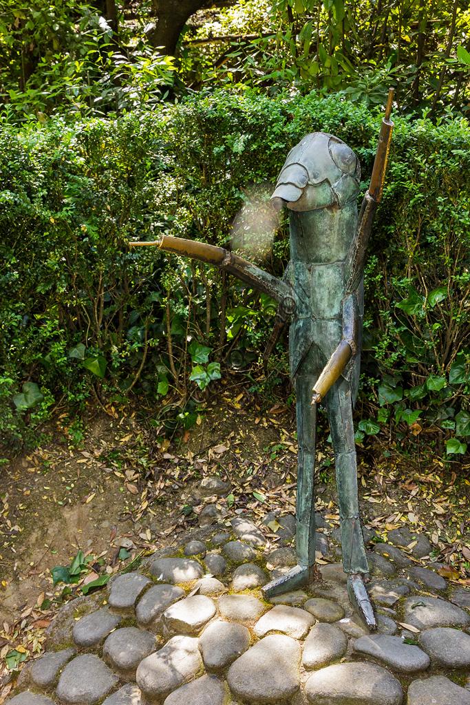 Parco di Pinocchio, il Paese dei Balocchi: il Grillo Parlante, statua in bronzo e acciaio di Pietro Consagra.