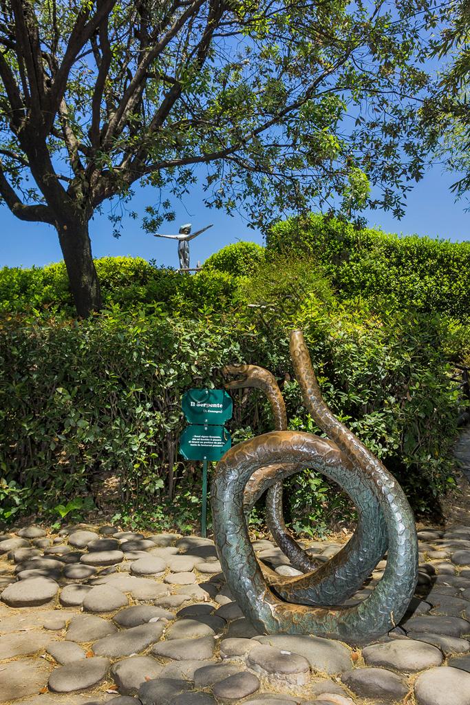 Parco di Pinocchio, il Paese dei Balocchi: il Serpente, statua in bronzo e acciaio di Pietro Consagra.