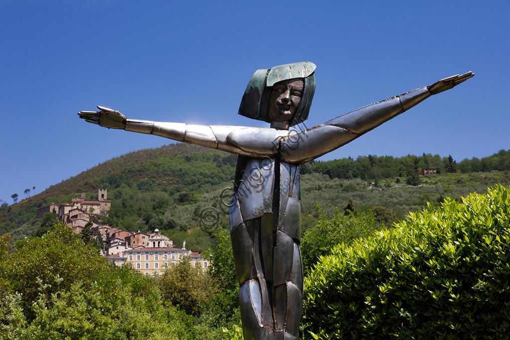 Parco di Pinocchio, il Paese dei Balocchi: la Fata, statua in bronzo e acciaio di Pietro Consagra. Sullo sfondo, la facciata di Villa Garzoni alle cui spalle sorge il paesino di Collodi.