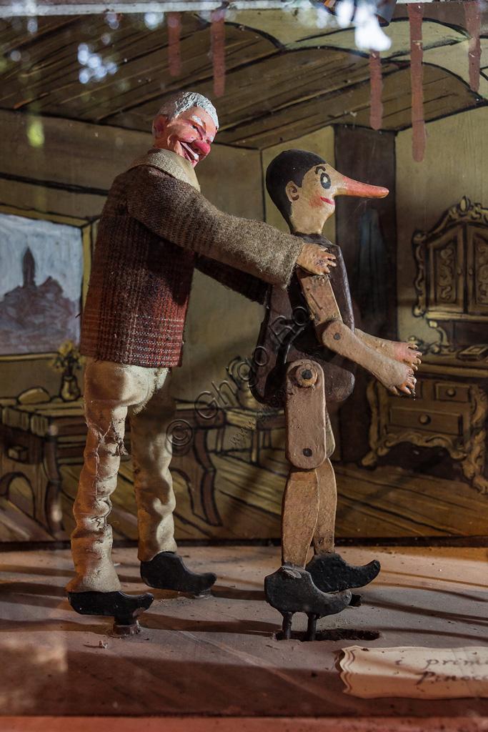Parco di Pinocchio, il Teatro Meccanico: Geppetto insegna a Pinocchio a camminare.