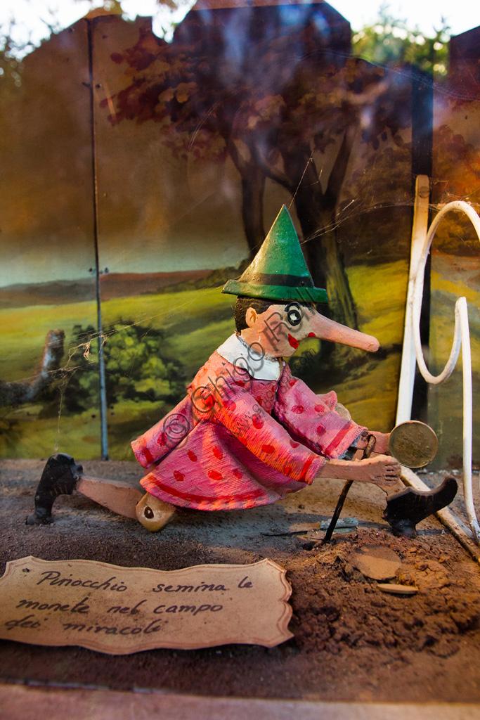Parco di Pinocchio, il Teatro Meccanico: Pinocchio semina le monete nel Campo dei Miracoli.
