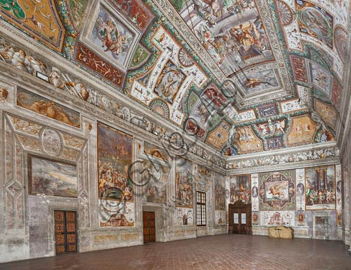 Parma, San Secondo, Rocca dei Rossi: view of the Sala delle Gesta Rossiane. At the center of the ceiling : Pier Maria Rossi  having the honor of the Order of Saint Michael. Frescoes by Cesare Baglione, Jacopo Bertoia and others, around 1570.