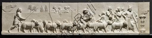 """""""L'ingresso di Alessandro Magno in Babilonia"""", fregio eseguito tra il 1818 e il 1828 da Bertel Thorvaldsen  (1770 - 1844) calco in gesso da un originale in marmo di Carrara. E' concepito come l'incontro tra due cortei che convergono verso il centro, cioè verso la figura di Alessandro Magno che avanza sul carro guidato dalla Vittoria, seguito dal suo celebre destriero Bucefalo e dai suoi soldati carichi di bottino. Di fronte al condottiero la figura allegorica della Pace, riconoscibile dal ramo di ulivo, precede il popolo e i governanti di Babilonia, che offrono i loro doni (cavalli, leoni, pantere…) al vincitore, mentre danzatrici spargono fiori in suo onore.Particolare con pastore e gregge."""