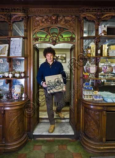 Pavia, Pasticceria Vigoni: uno dei titolari, Enrico Magenes, mostra una vecchia confezione per la Torta Paradiso.Pavia, Pastry Shop Vigoni: one of the owners, Enrico Magenes, shows an old confection for the Paradise cake.