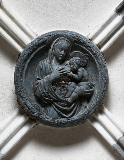 """Genova, Duomo (Cattedrale di S. Lorenzo), interno, navata settentrionale, Cappella De Marini, volta: """"peduccio con Madonna e Bimbo"""", di Giovanni Gagini, 1452."""