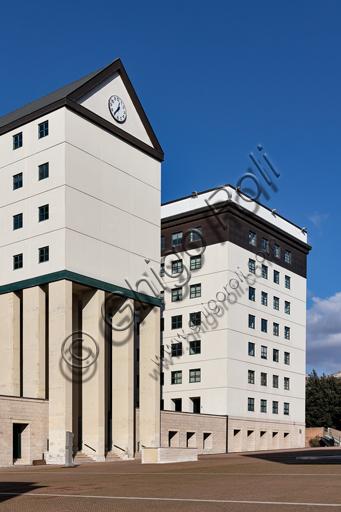 Perugia: Centro Dirigenziale-Residenziale-Commerciale di Fontivegge, che ospita, tra gli altri, gli uffici della Regione Umbria. Negli anni ottanta Aldo Rossi, progettò questa struttura che circonda da tre lati piazza del Bacio.