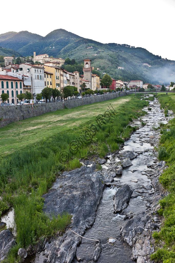 Pescia: veduta della cittadina sulla riva del torrente omonimo.