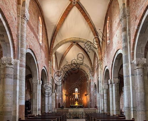 Piacenza, Basilica di San Savino: navata centrale.