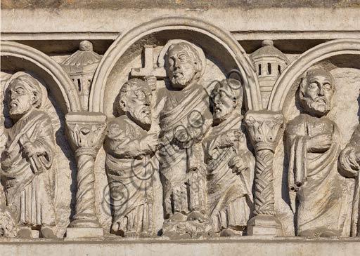 Piacenza, il Duomo, facciata, portale maggiore: architrave, sculture neoromaniche di Pier Enrico Astorri (1911).