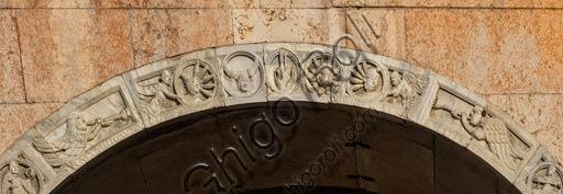 Piacenza, il Duomo, facciata, protiro del portale maggiore, archivolto: bassorilievo con raffigurazioni dei segni zodiacali, dei venti, del sole e della luna e della stella cometa.