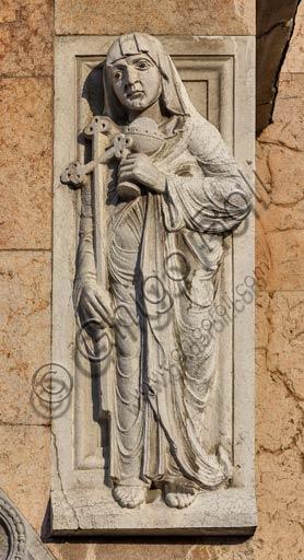 Piacenza, il Duomo, facciata: scultura del protiro del portale maggiore.