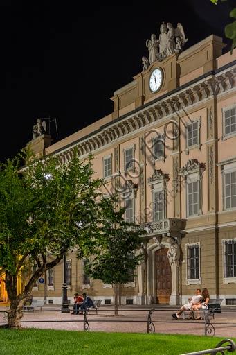 Piacenza, Palazzo Vescovile: veduta notturna della facciata.