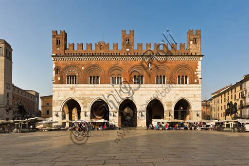 Piacenza, Piazza dei Cavalli (Horses Square): Palazzo gotico (Gothic Palace) and the equestrian monuments dedicated to Ranuccio and Alexander Farnese, work by Francesco Mochi da Montevarchi.