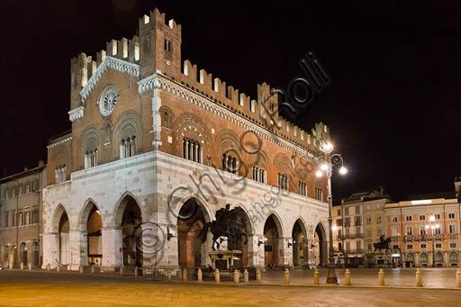 Piacenza, Piazza dei Cavalli: veduta serale di Palazzo Gotico e i monumenti equestri ai Farnese (Ranuccio e Alessandro), opera di Francesco Mochi da Montevarchi.