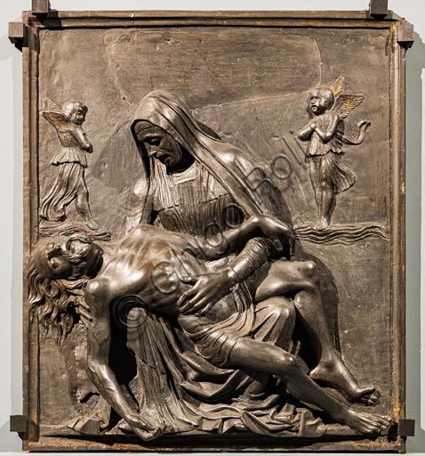 """""""Pietà"""", di Pietro Lombardo, altorilievo in bronzo, 1490 circa. Ai lati della Vergine sono presenti due angioletti dolenti che fluttuano su nuvole."""