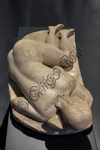 """Museo Novecento: """"La pisana"""", di Arturo Martini, 1933. Terraglia patinata chiara. Vista dall'alto che mette in risalto la schiena."""