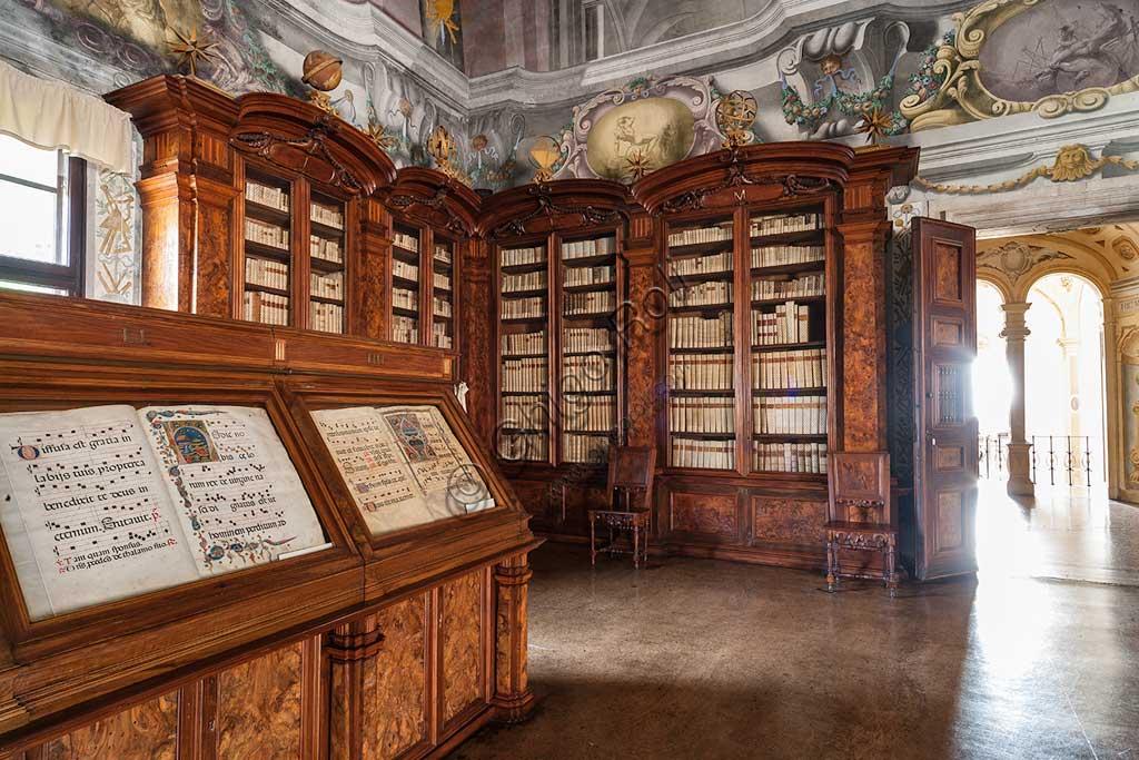 Pontificia Biblioteca Antoniana: veduta del Salone con librerie e mobili contenenti corali miniati.
