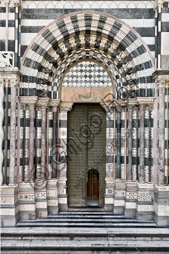 """Genova, Duomo (Cattedrale di S. Lorenzo), lato ovest, la facciata: """"il portale di destra""""."""