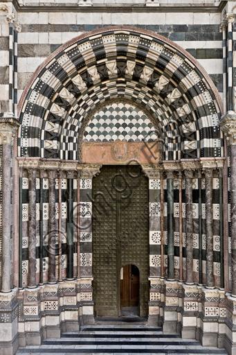 """Genova, Duomo (Cattedrale di S. Lorenzo), lato ovest, la facciata: """"il portale di sinistra""""."""