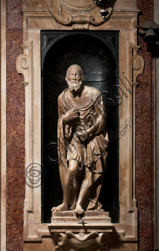 """Genova, Duomo (Cattedrale di S. Lorenzo),  Cappella di San Giovanni, parete Est: """"il Profeta Abacuc"""", di Matteo Civitali, 1496, statua in marmo entro nicchia."""