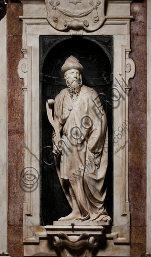 """Genova, Duomo (Cattedrale di S. Lorenzo),  Cappella di San Giovanni,  parete ovest: """"Profeta Isaia"""", di Matteo Civitali, 1496, statua in marmo entro nicchia."""