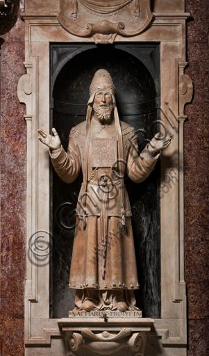 """Genova, Duomo (Cattedrale di S. Lorenzo),  Cappella di San Giovanni, parete Est: """"il Profeta Zaccaria"""", di Matteo Civitali, 1496, statua in marmo entro nicchia."""