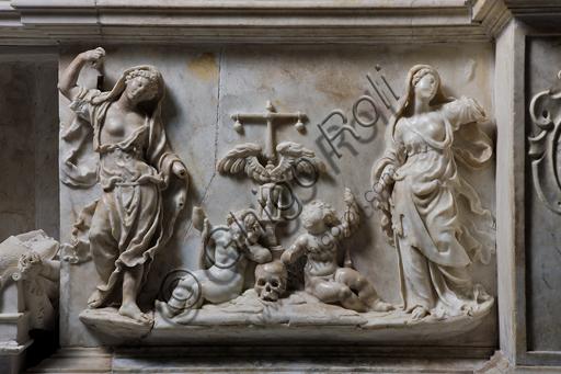 """Genova, Duomo (Cattedrale di S. Lorenzo),  interno, cappella Cybo (braccio settentrionale del transetto), Monumento funebre dell'Arcivescovo Giuliano Cybo: formella """"Prudenza e Temperanza"""", di N. Da Corte (1533 - 1537)."""
