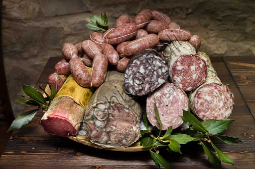 Radda in Chianti, Casa Porciatti (Chianti food and wine specialities): some typical cold cuts of the area (finocchiona, salami, buristo, rigatino, sausages).