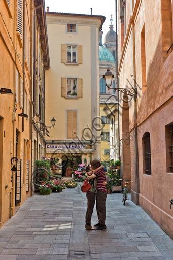 Reggio Emilia, town centre: lovers near Casotti square.