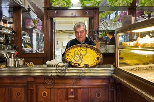 Reggio Emilia, Pastry Shop Boni: the owner shows the typical rice cake.