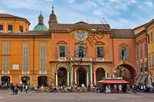 Reggio Emilia, Prampolini Square: the town hall building. Kiosk and bar tables.