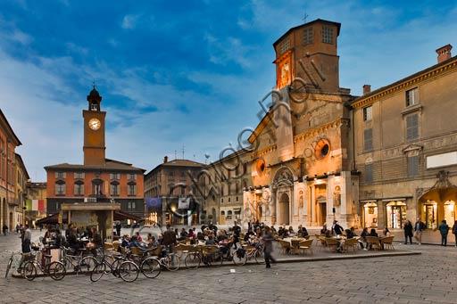 Reggio Emilia, Piazza Prampolini: veduta notturna con, da sinistra, il Palazzo del Monte, il Palazzo Vescovile, il Duomo e il Palazzo dei Canonici. Biciclette e tavolini di un bar.
