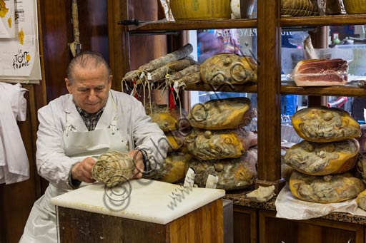 Reggio Emilia: Salumeria Pancaldi (shop selling typical Emilian products such as cold cuts, ham and parmesan).