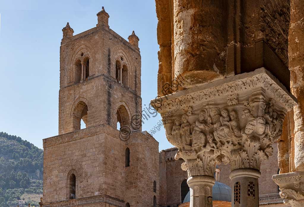 """Monreale, Duomo, chiostro del monastero benedettino (XII sec.): veduta sul campanile della Cattedrale. In primo piano la faccia Sud del capitello E 24; """"Resurrezione di Cristo e discesa al limbo""""."""