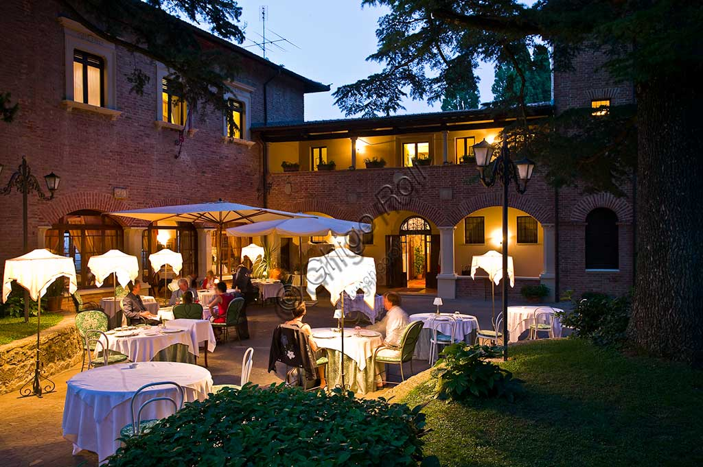 Restaurant La Bastiglia: night view of  the outdoor tables.