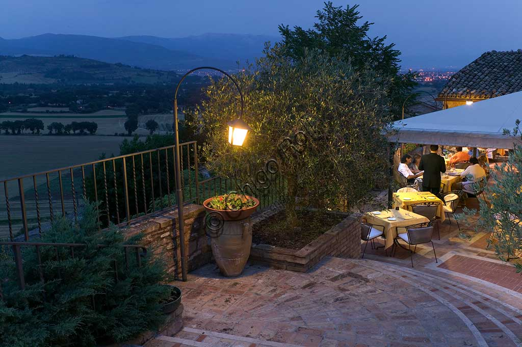 Restaurant La Bastiglia: night view of the terrace with the outdoor tables.