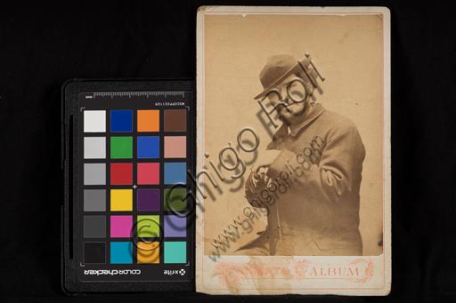 """""""Ritratto di uomo con barba e cappello""""; fotografia formato album."""