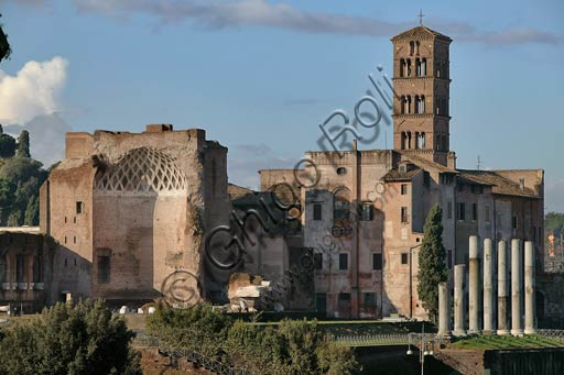 Rome, Roman Forum: view. On the left, the apse of the Venus and Rome temple; on the right, the Church of S. Francesca Romana (formerly S. Maria Nuova).