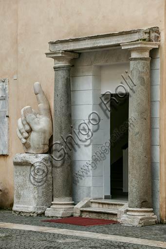 Roma, Musei Capitolini, cortile del Palazzo dei Conservatori: i frammenti di una statua colossale di Costantino (dalla Basilica di Massenzio).