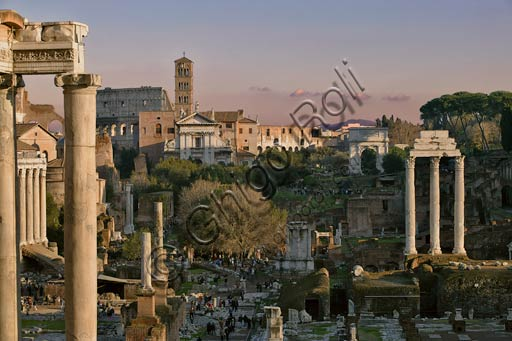 Rome, Roman Forum: view.Foreground left: the columns of the temple of Saturn.Right: the three columns of Temple of Dioskouri.Background: the Church of Santa Francesca Romana and the Colosseum.