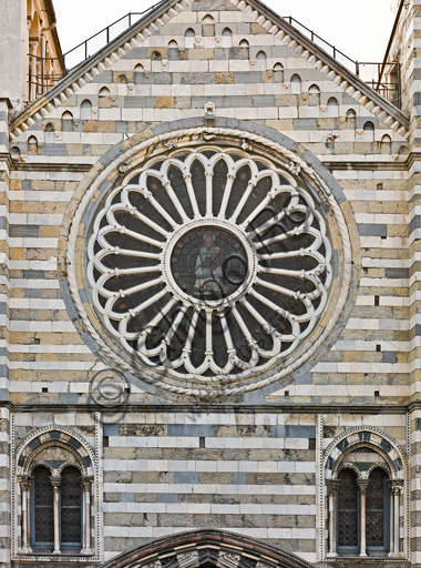 """Genova, Duomo (Cattedrale di S. Lorenzo), lato ovest, la facciata: """"il rosone"""" (secolo XV)."""