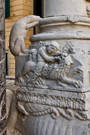 """Genova, Duomo (Cattedrale di S. Lorenzo), la facciata, porzione destra: base di colonna con """"Sansone smascella il leonee animaletto saliente"""", di bottega di Benedetto Antelami e Maestro dell'Arca del Battista, 1200 circa."""