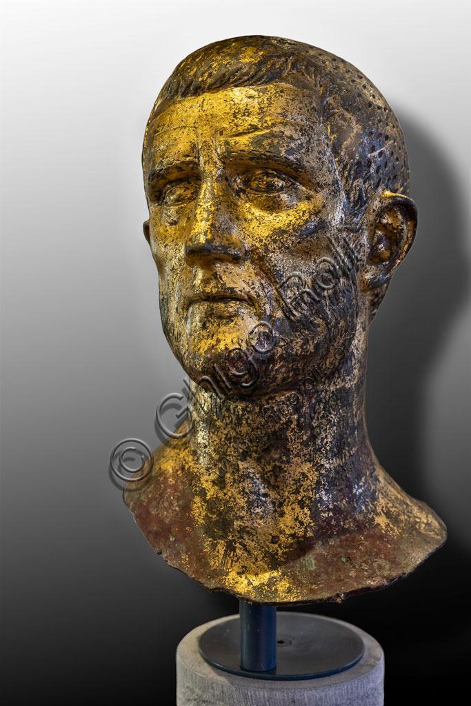 """Brescia, """"Santa Giulia, Museo della Città"""" (sito Unesco dal 2011): ritratto dell'Imperatore  Claudio II il Gotico o Aureliano.  Si tratta di uno dei sei ritratti romani  in bronzo dorato trovati nel 1826 presso il Capitolium dell'antica Brixia."""