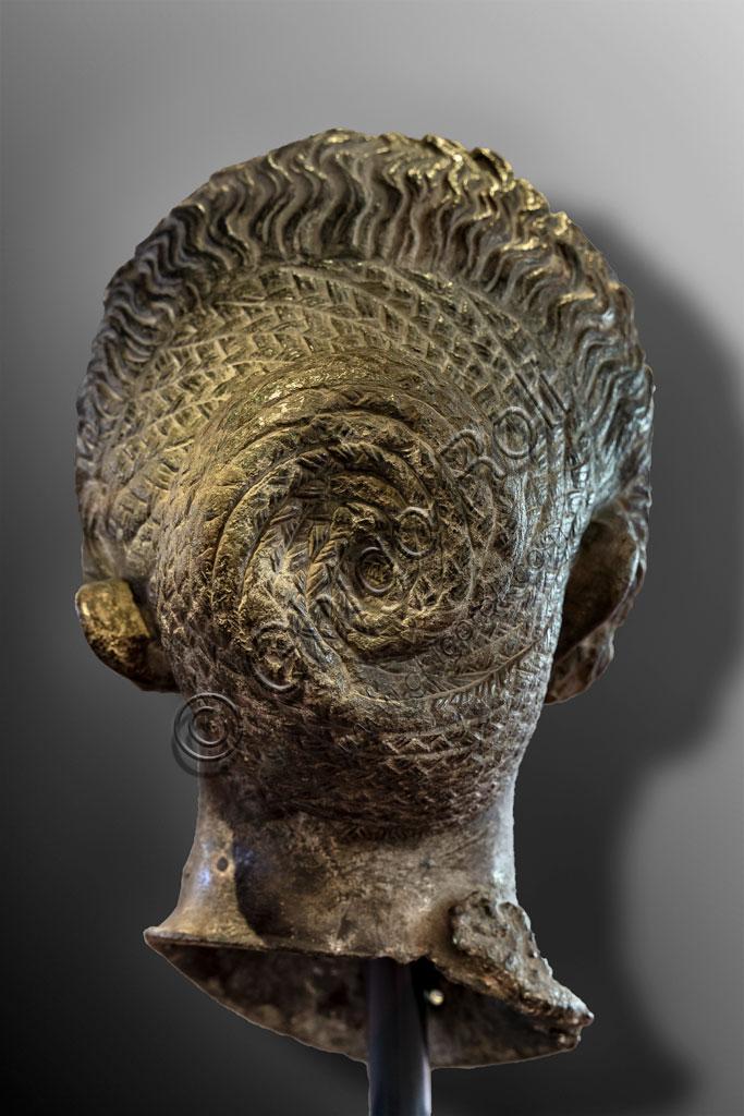 """Brescia, """"Santa Giulia, Museo della Città"""" (sito Unesco dal 2011): ritratto di donna appartenente alla famiglia dei Flavi, bronzo, fusione in cera persa, seconda metà del I secolo d. C. La ricca capigliatura a riccioli, spesso ottenuta con parrucche, è quella tipica delle donne della famiglia dei Flavi. Potrebbe trattarsi di Domizia Longina, moglie dell'Imperatore Domiziano, o di Giulia, figlia dell'Imperatore Tito. Parte posteriore.Si tratta di uno dei sei ritratti romani trovati nel 1826 presso il Capitolium dell'antica Brixia."""