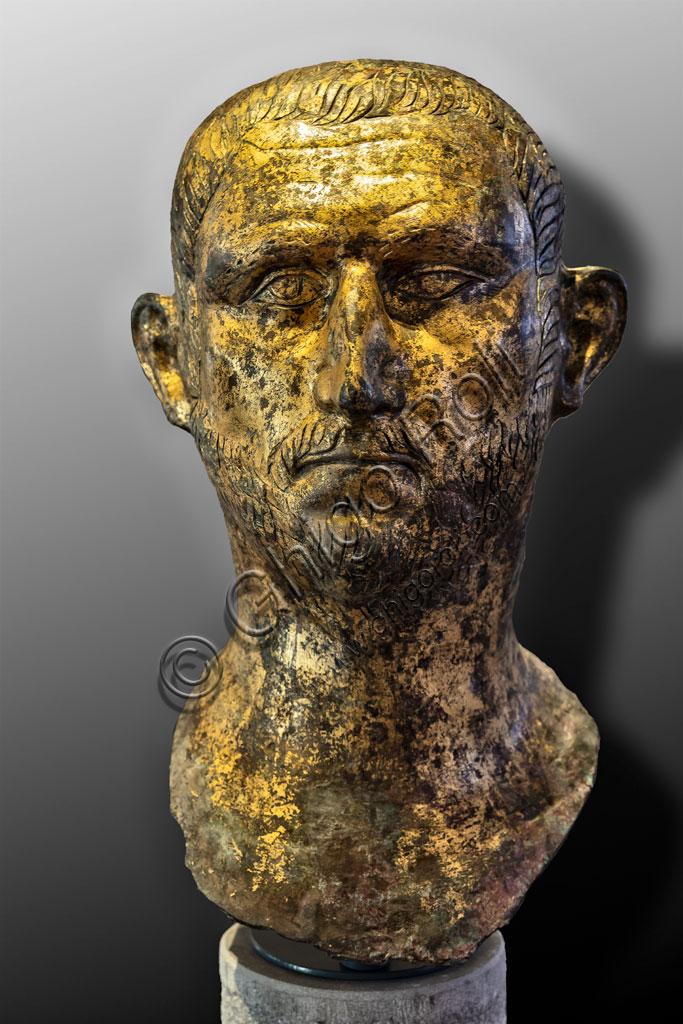 """Brescia, """"Santa Giulia, Museo della Città"""" (sito Unesco dal 2011): ritratto dell'Imperatore Probo, o meno probabilmente Diocleziano. Si tratta di uno dei sei ritratti romani  in bronzo dorato trovati nel 1826 presso il Capitolium dell'antica Brixia."""