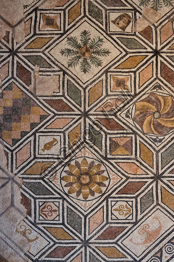 """Brescia, """"Santa Giulia, Museo della Città"""", (sito Unesco dal 2011), una delle domus romane dell'Ortaglia: particolare del pavimento musivo del Viridarium."""