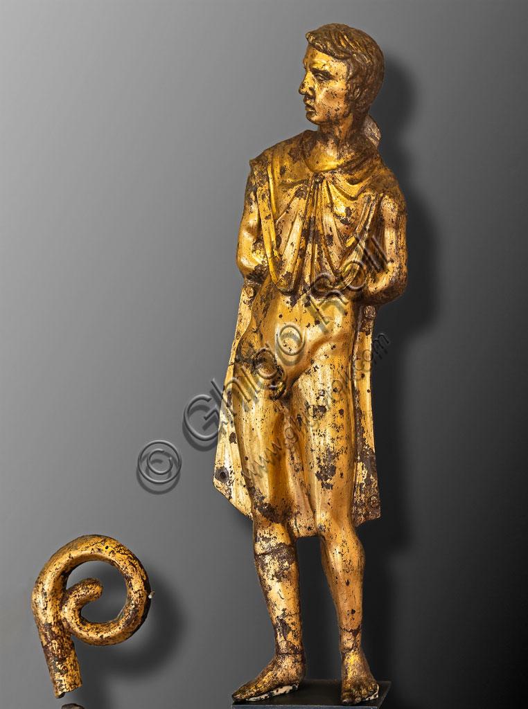 """Brescia, """"Santa Giulia, Museo della Città"""" (sito Unesco dal 2011): applique di prigioniero in bronzo dorato, che era apposta sul fianco di una biga (I - II secolo d.C.). Reperto archeologico trovato nel Capitolium."""