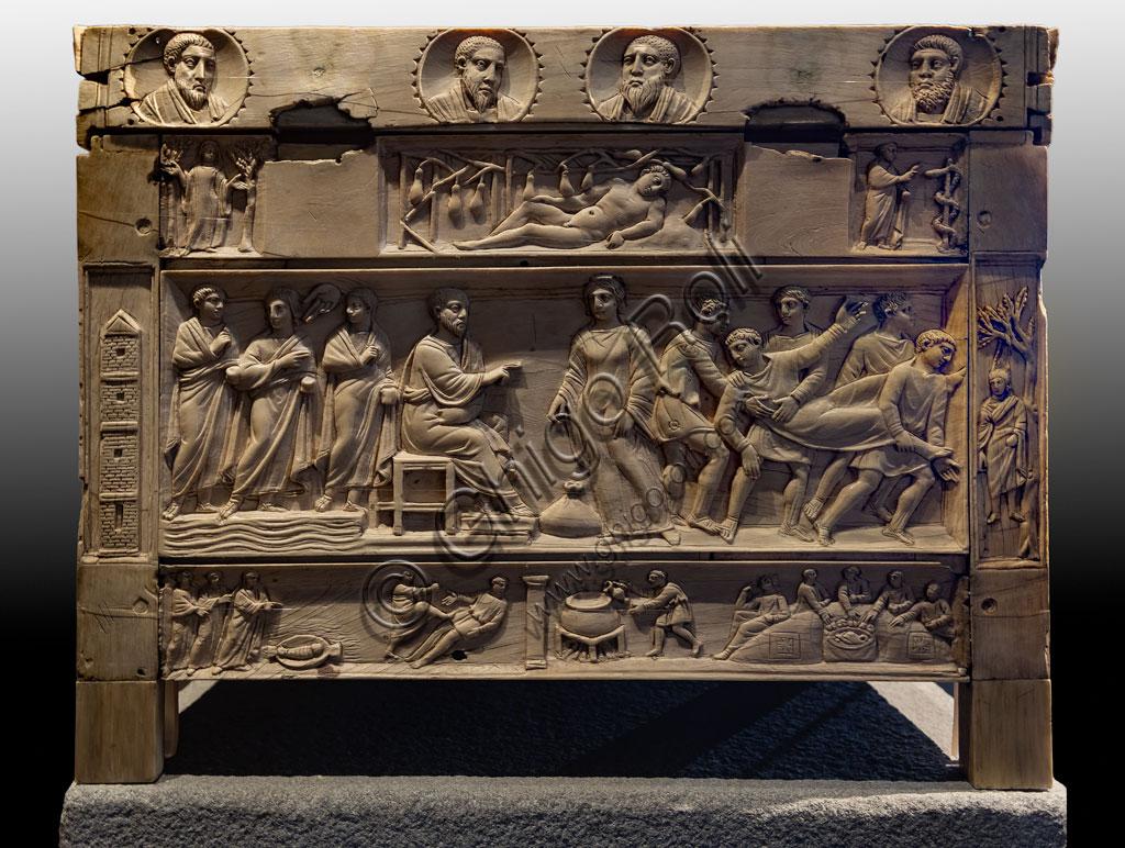 """Brescia, """"Santa Giulia, Museo della Città"""", (sito Unesco dal 2011), Chiesa di Santa Maria in Solario: lipsanoteca (Reliquiario in avorio), IV secolo. Trentasette immagini rappresentano personaggi ed episodi biblici. Si tratta di uno degli esempi più importanti di arte paleocristiana."""